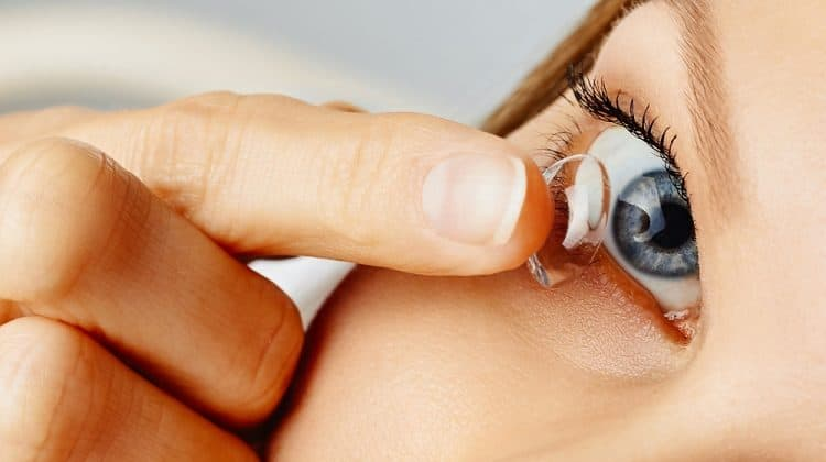 How to Put in and Remove Your Contact Lenses